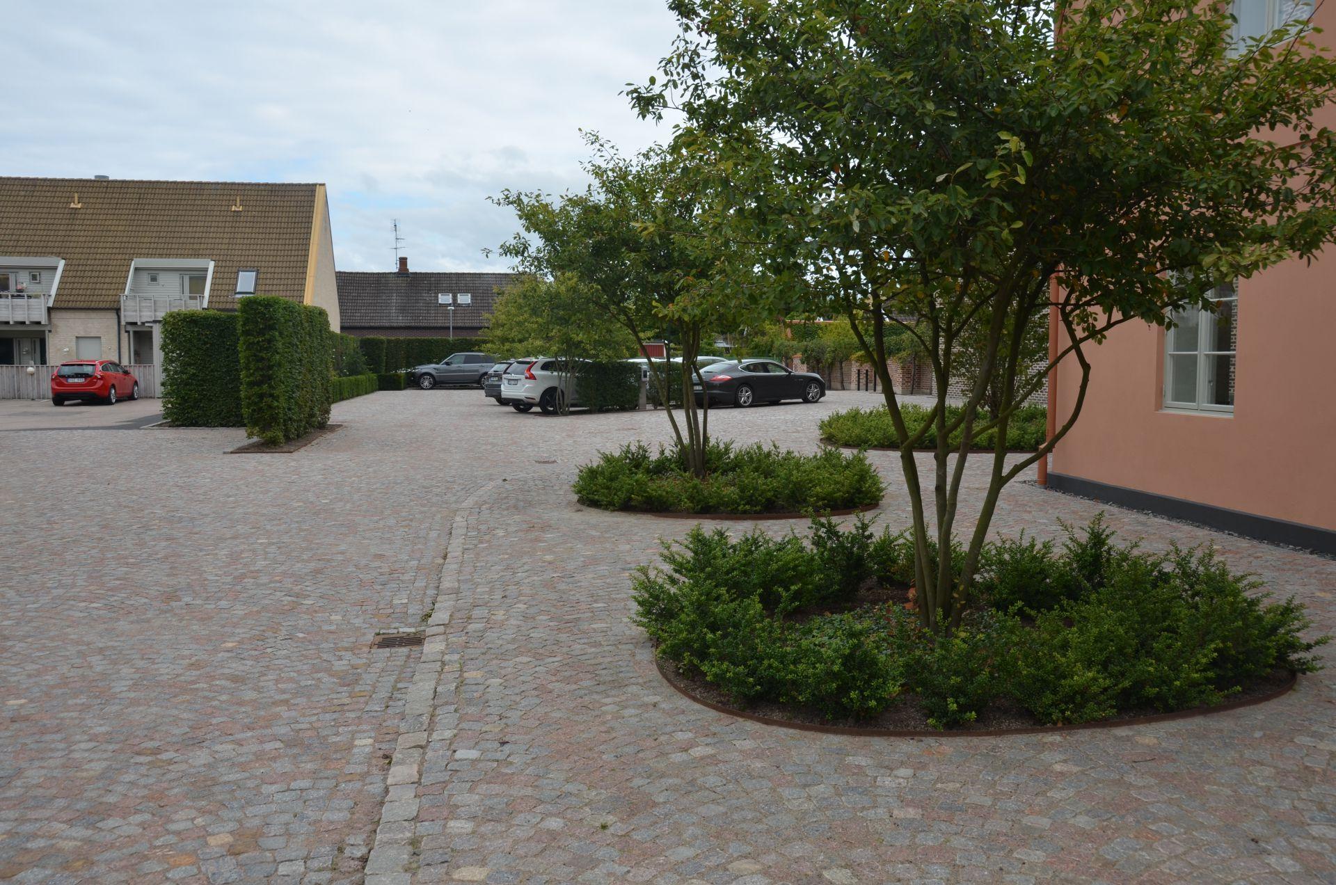 Bjäre Entreprenads färdigställda markarbete med den gamla bruksfastigheten Bruksgården