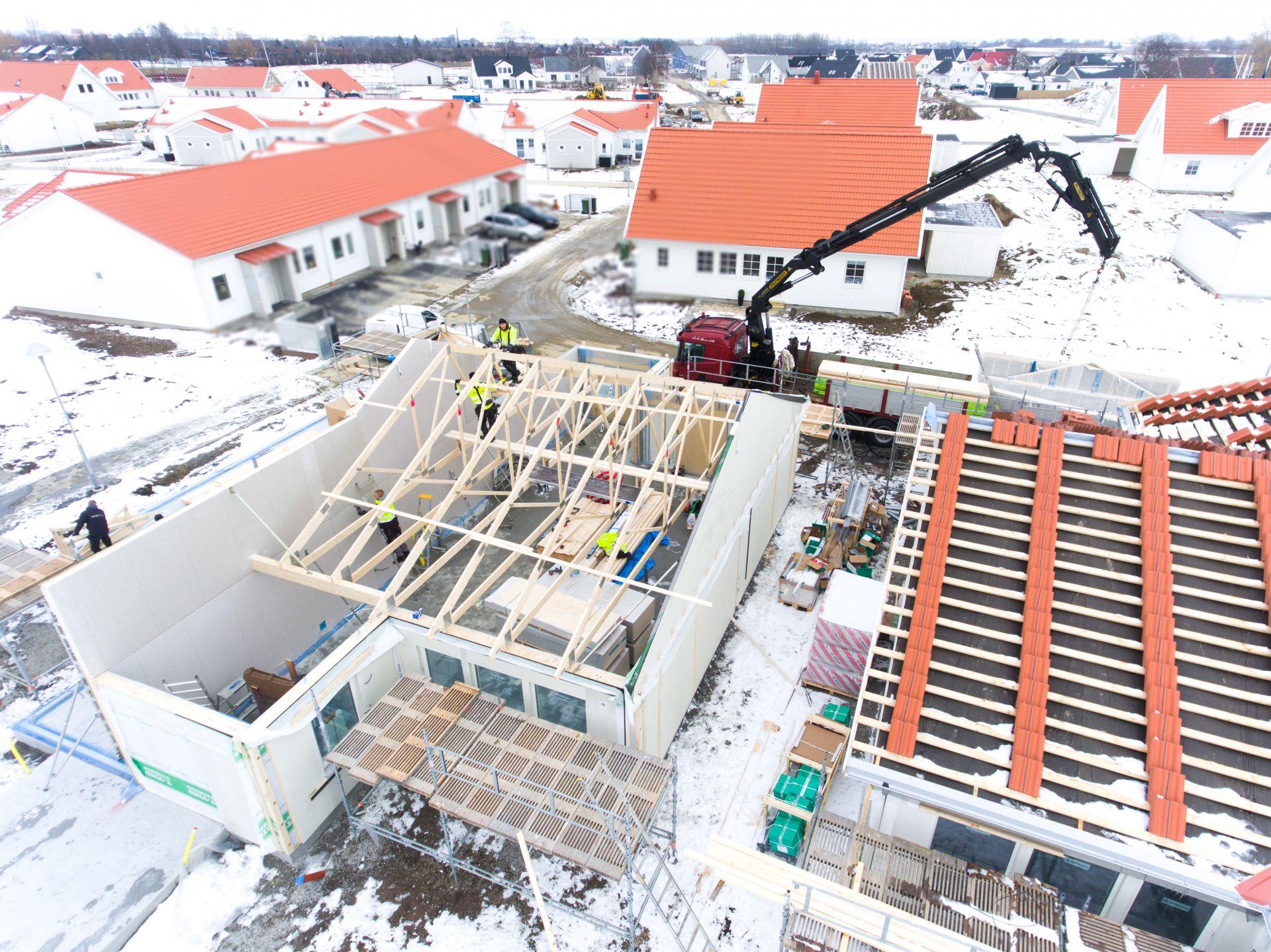 Bjäre Entreprenad har utfört grundläggning och finplanering för ett 20-tal radhus. Bild på uppbyggnad utav ett radhus