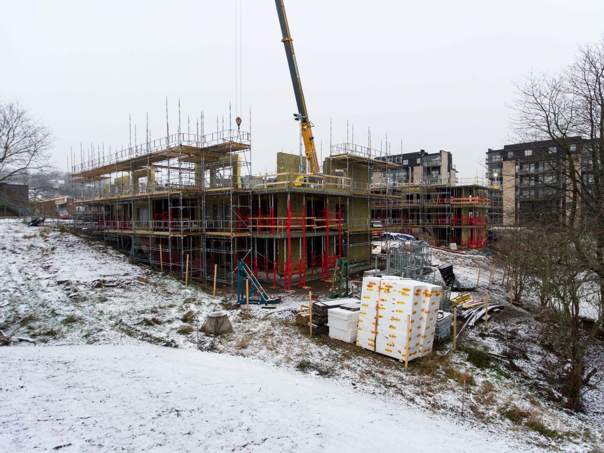 Byggplats för Apelgården och Armobacken i Båstad med byggprogression i vinterlandskap