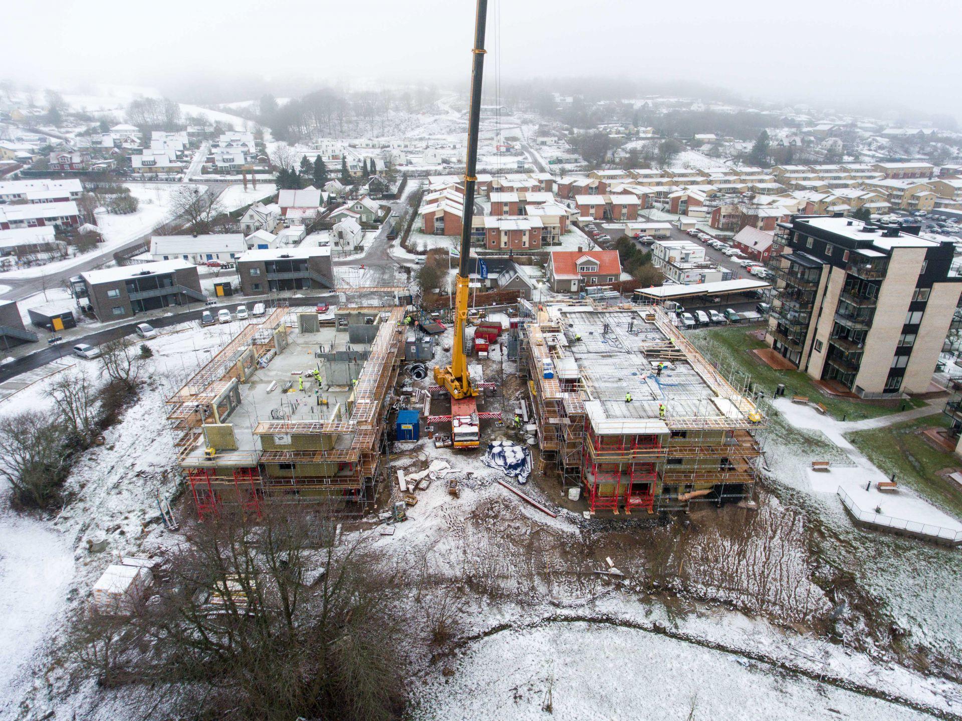 Översikt utav byggplats för Apelgården och Armobacken i Båstad med vinterlandskap och närliggande samhälle