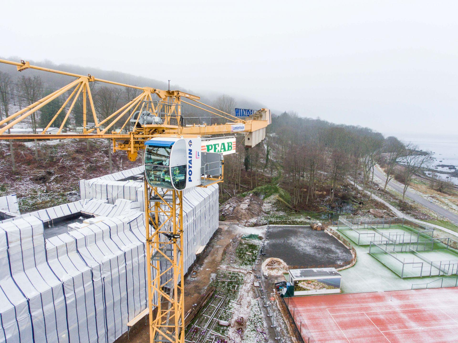 Foto på en lyftkran vid byggprojektet Norrviken Båstad