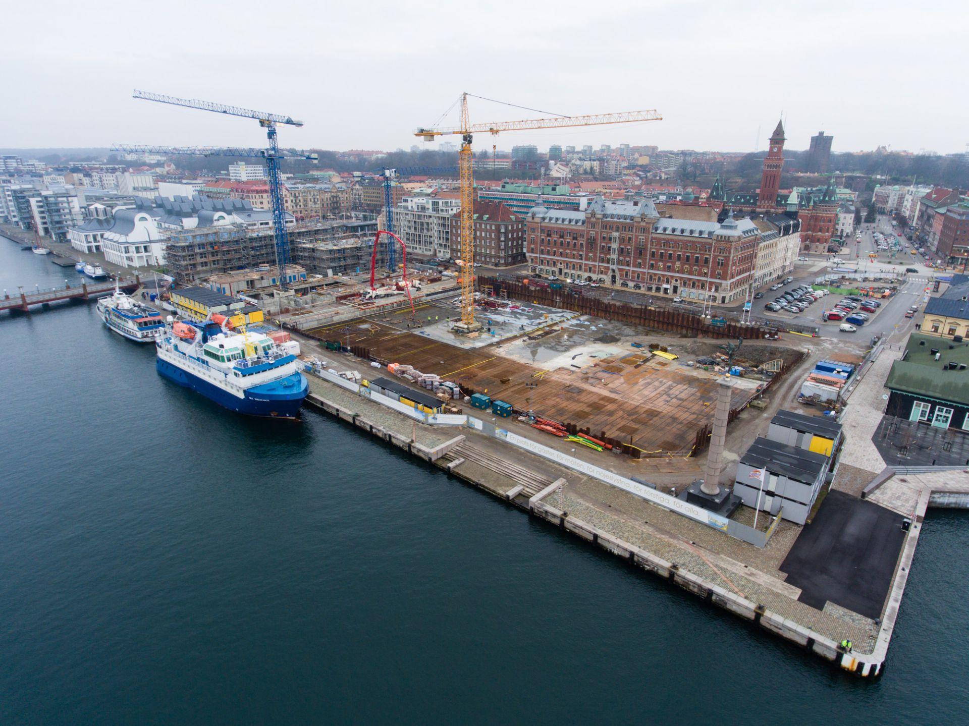 Översikt utav byggplatsen för kongresshuset mitt i Helsingborg vid kajkanten och Helsingborg stad.