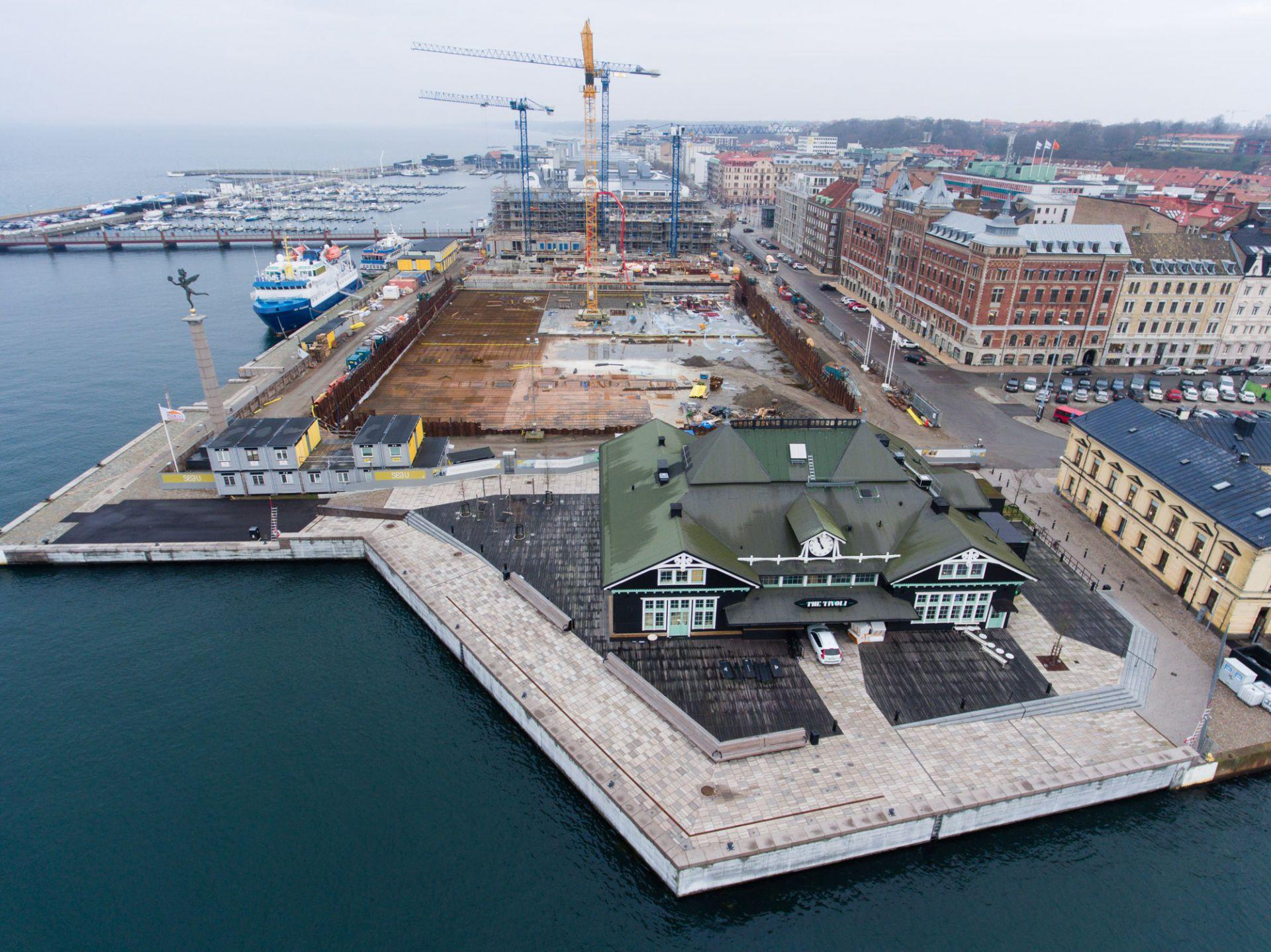 Översikt utav byggplatsen för kongresshuset mitt i Helsingborg vid kajkanten och läget.