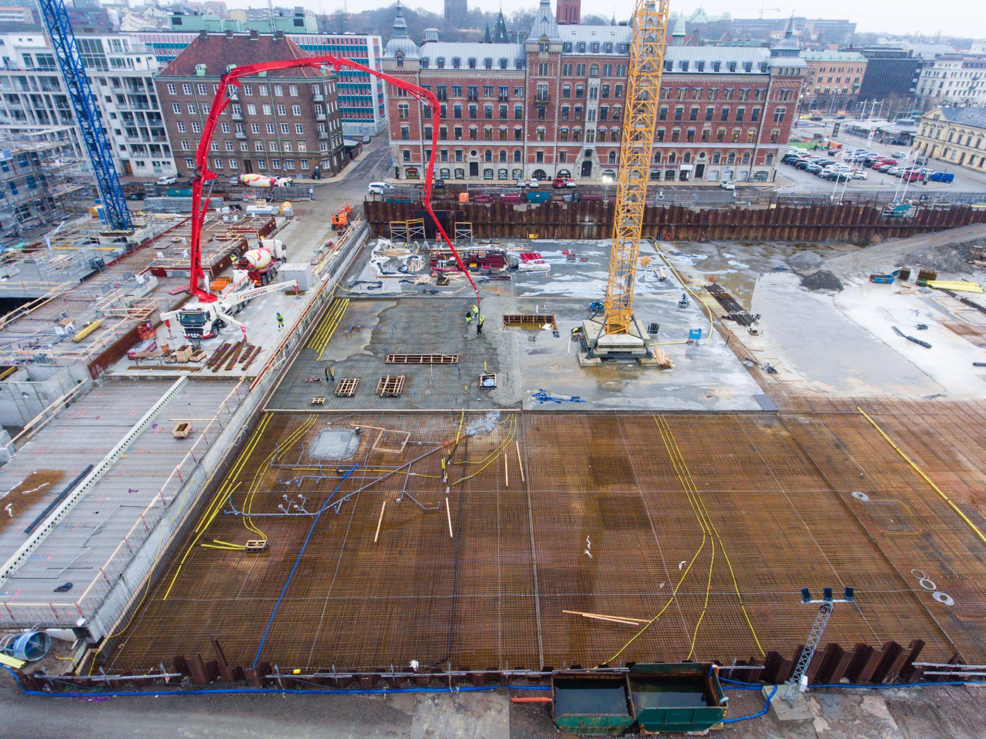 Översikt utav byggplatsen för kongresshuset mitt i Helsingborg vid kajkanten med fokus på markarbetet och läget.