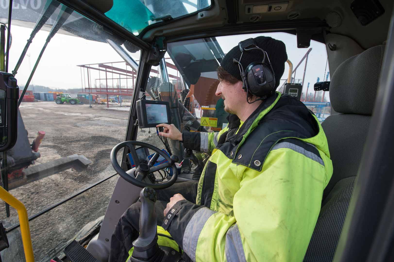Anställd arbetar med maskin med grundläggningen utav porschecenter i Helsingborg
