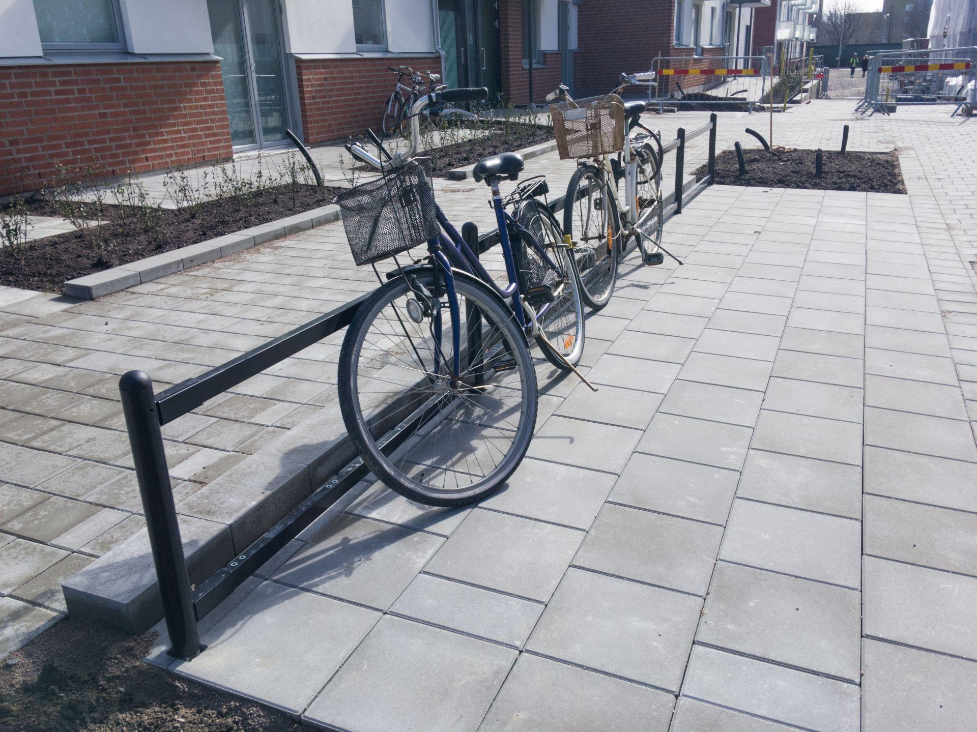Markarbete som Bjäre Entreprenad gör för ombyggnad och nybyggnad av flerbostadshus i Grönkulla Helsingborg. Cyklar finns i förgrunden
