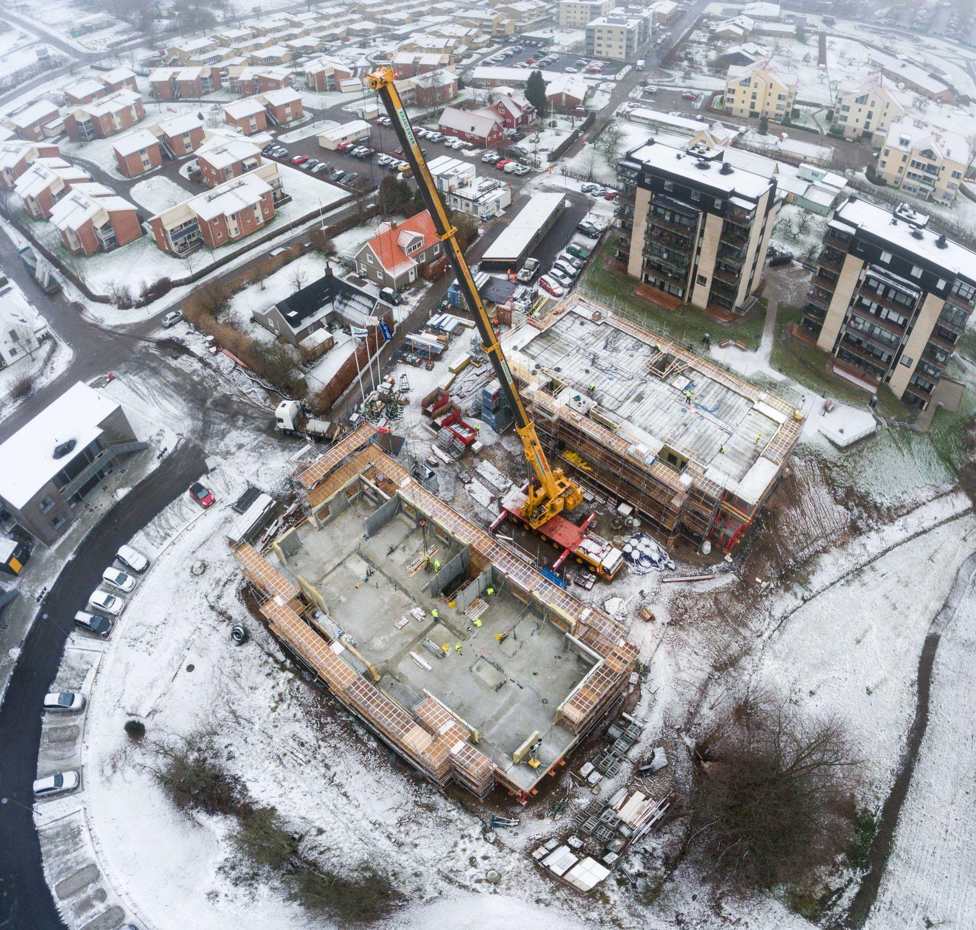 Översikt utav byggplatsen för Apelgården och Armobacken i Båstad med närliggande samhälle rakt uppifrån ned