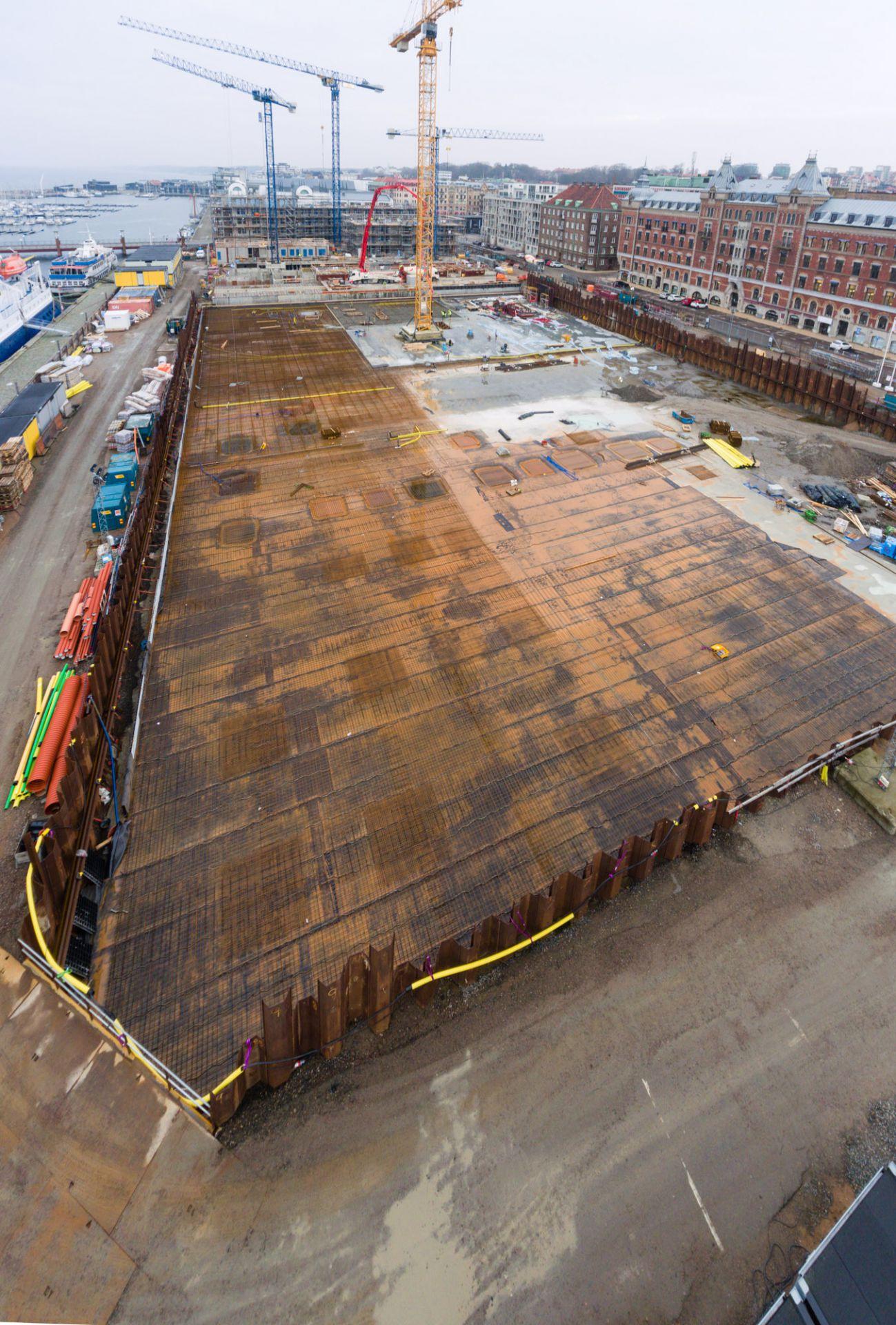 Översikt utav byggplatsen för kongresshuset mitt i Helsingborg vid kajkanten med fokus på markarbetet.