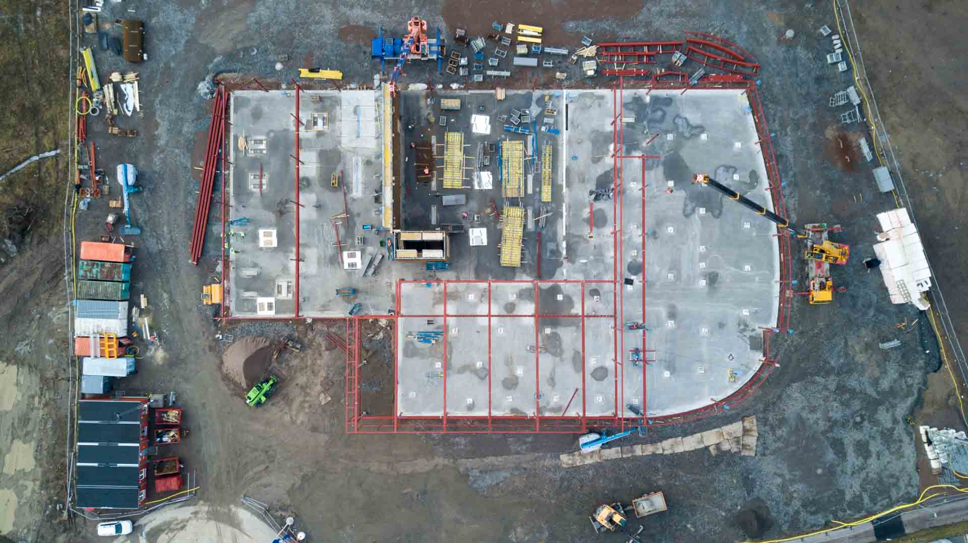 Drönarbild utav hela byggplatsen för porschecenter i Helsingborg rakt uppifrån