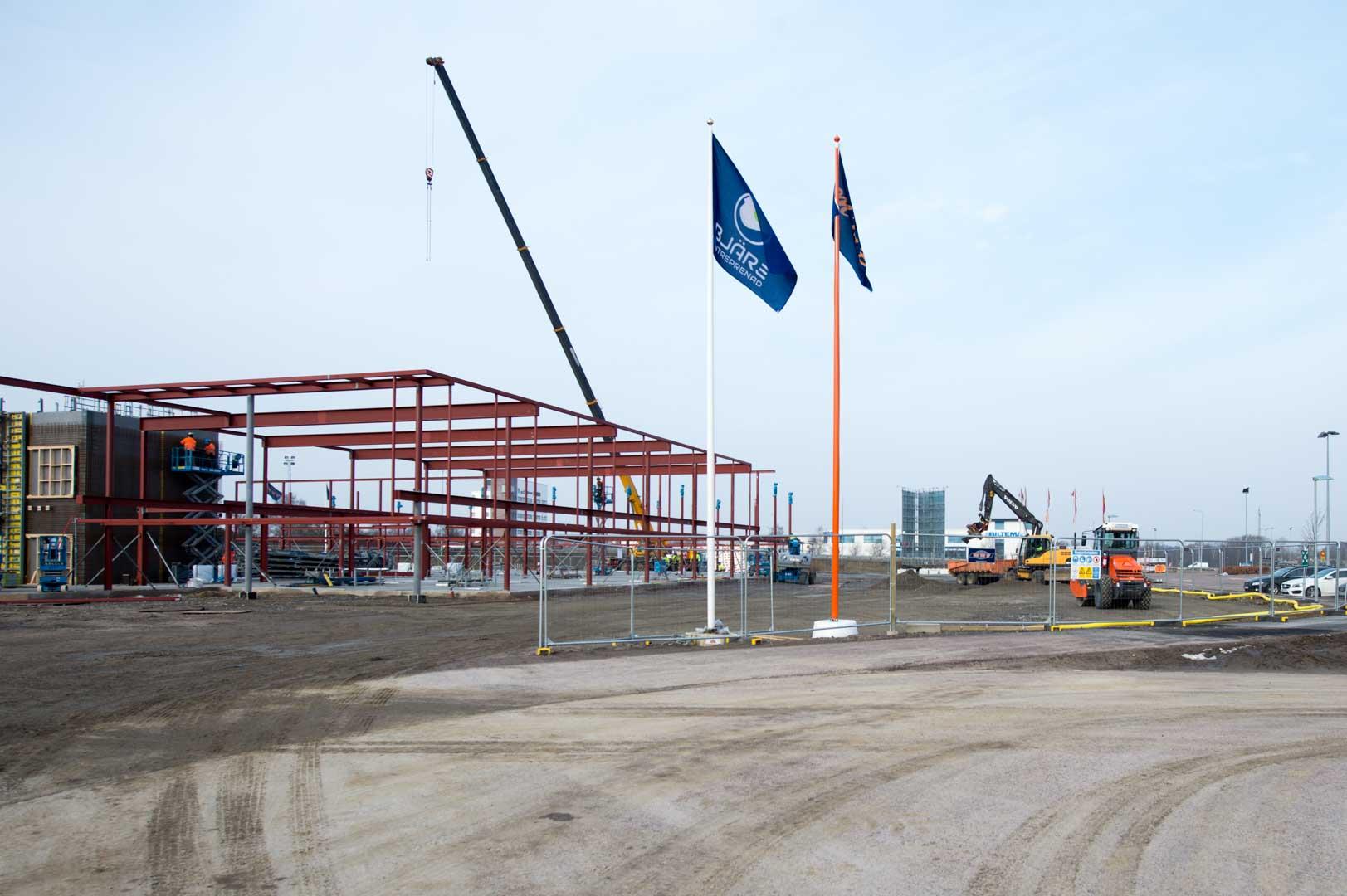 Översikt utav byggplatsen för porschecenter i Helsingborg med Bjäre Entreprenad-flaggan